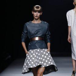 Falda con círculos y cinturón dorado colección primavera-verano 2013 de Juanjo Oliva
