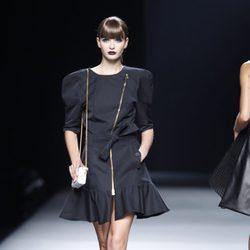 Vestido negro con cremallera y hombreras de la colección primavera-verano 2013 de Juanjo Oliva