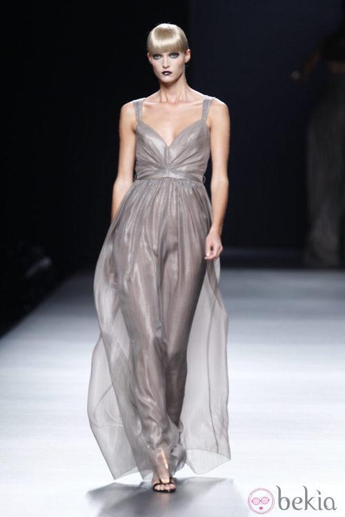 Vestido largo color humo transparente vaporoso de la colección primavera-verano 2013 de Juanjo Oliva