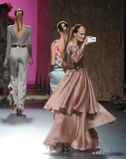 Alla Kostromichova con vestido largo vaporoso de la colección primavera-verano 2013 de Duyos
