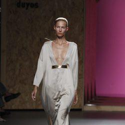 Vestido gris largo de gran escote de la colección primavera-verano 2013 de Duyos