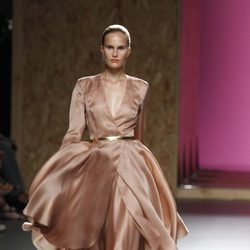 Voluminoso vestido rosa de la colección primavera-verano 2013 de Duyos