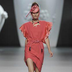 Vestido coral con sandalias y sombrero de la colección primavera-verano 2013 de Ana Locking