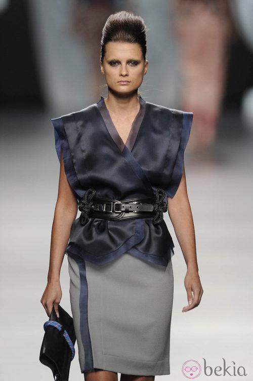 Blusa y falda entubada con cinturón de la colección primavera-verano 2013 de Ana Locking