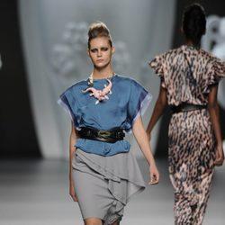 Blusa y falda azules con espardeñas y complementos de la colección primavera-verano 2013 de Ana Locking