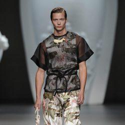 Modelo masculino con mono y blusa de la colección primavera-verano 2013 de Ana Locking
