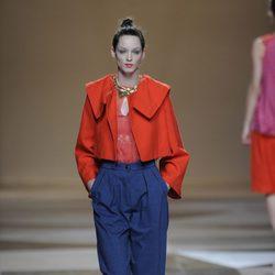 Chaqueta naranja con pantalón azul de la colección primavera-verano 2013 de Ailanto