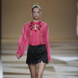 Blusa rosa con pantalón corto negro de la colección primavera-verano 2013 de Ailanto