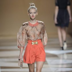 Pantalón corto naranja con lazo dorado de la colección primavera-verano 2013 de Ailanto