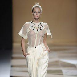 Blusa transparente con pantalón blanco de la colección primavera-verano 2013 de Ailanto