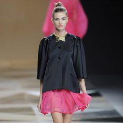 Chaqueta negra con falda rosa de la colección primavera-verano 2013 de Ailanto