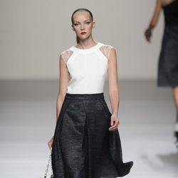 Falda negra y maxibolso marrón de la colección primavera-verano 2013 de Roberto Torretta