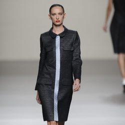 Vestido negro con raya central de la colección primavera-verano 2013 de Roberto Torretta