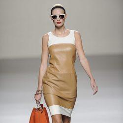 Vestido marrón y blanco con maxibolso y gafas de la colección primavera-verano 2013 de Roberto Torretta