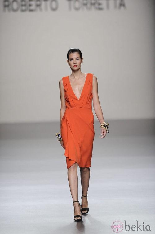 Vestido corto naranja con gran escote de la colección primavera-verano 2013 de Roberto Torretta