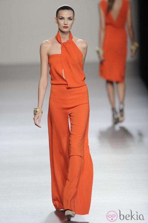 Mono largo naranja de la colección primavera-verano 2013 de Roberto Torretta