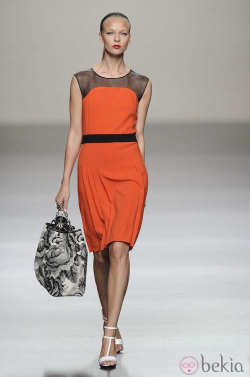 Vestido corto naranja con maxibolso de la colección primavera-verano 2013 de Roberto Torretta