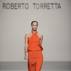 Vestido largo naranja atado al cuello de la colección primavera-verano 2013 de Roberto Torretta