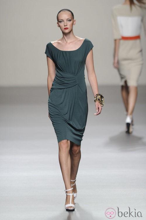 Vestido corto con pliegues de la colección primavera-verano 2013 de Roberto Torretta