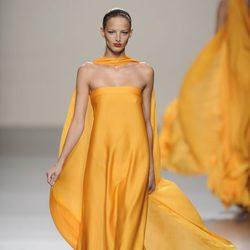 Vestido largo amarillo de seda con capa de la colección primavera-verano 2013 de Roberto Torretta