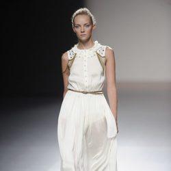 Vestido blanco largo con flecos de la colección primavera-verano 2013 de Kina Fernández
