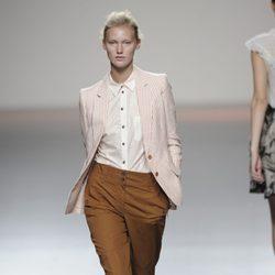 Traje de pantalón marrón y blaiser a rayas de la colección primavera-verano 2013 de Kina Fernández