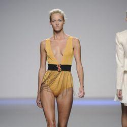 Bañador amarillo con cinturón de flecos de la colección primavera-verano 2013 de Kina Fernández