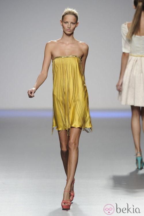 Vestido amarillo de seda con flecos de la colección primavera-verano 2013 de Kina Fernández