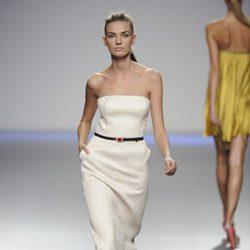 Vestido blanco largo palabra de honor de la colección primavera-verano 2013 de Kina Fernández