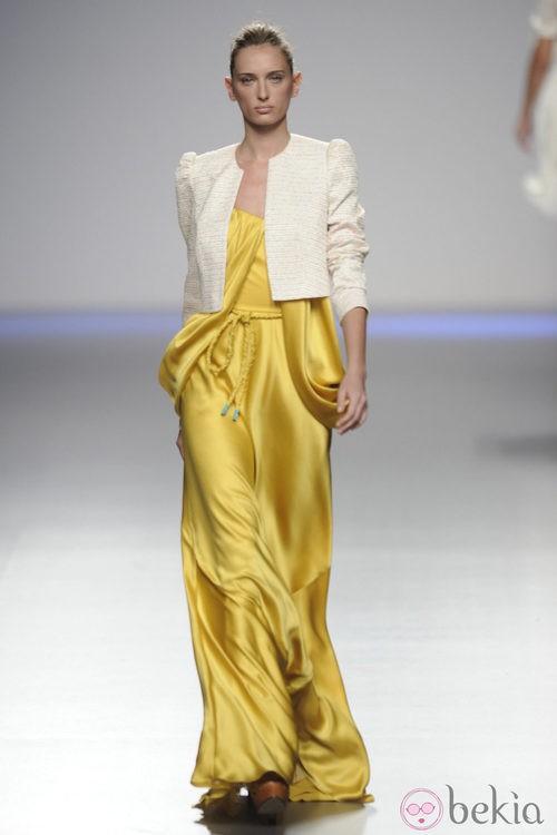 Vestido largo de seda amarillo con chaqueta blanca de la colección primavera-verano 2013 de Kina Fernández