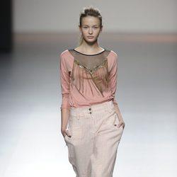 Pantalón a rayas y blusa con flecos de la colección primavera-verano 2013 de Kina Fernández