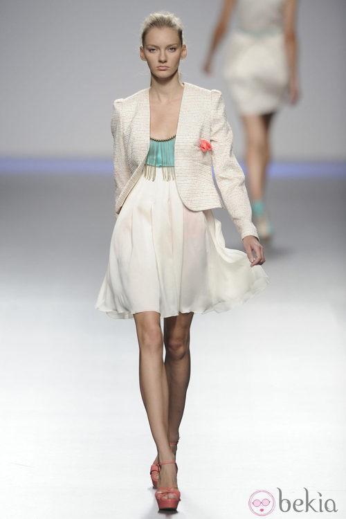 Vestido blanco y cian con flecos y chaqueta blanca de la colección primavera-verano 2013 de Kina Fernández