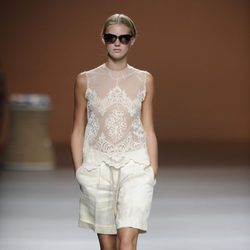 Bermudas con blusa transparente de la colección primavera-verano 2013 de Ion Fiz