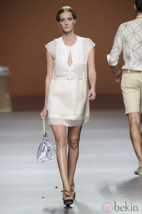 Vestido corto blanco con bolso transparente de la colección primavera-verano 2013 de Ion Fiz