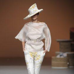 Sombrero y pantalón pesquero con motivos florales de la colección primavera-verano 2013 de Ion Fiz