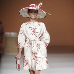 Gabardina y pamela en tonos rojos y blancos de la colección primavera-verano 2013 de Ion Fiz