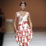 Vestido rojo y blanco con estampados de formas geométricas de la colección primavera-verano 2013 de Ion Fiz
