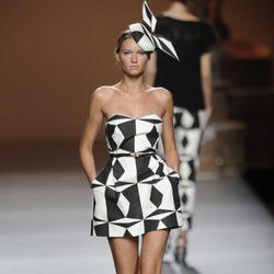 Tocado y vestido blanco y negro de formas geométricas de la colección primavera-verano 2013 de Ion Fiz