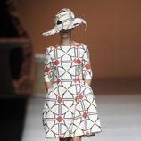 Sombrero y vestido de formas geométricas de la colección primavera-verano 2013 de Ion Fiz