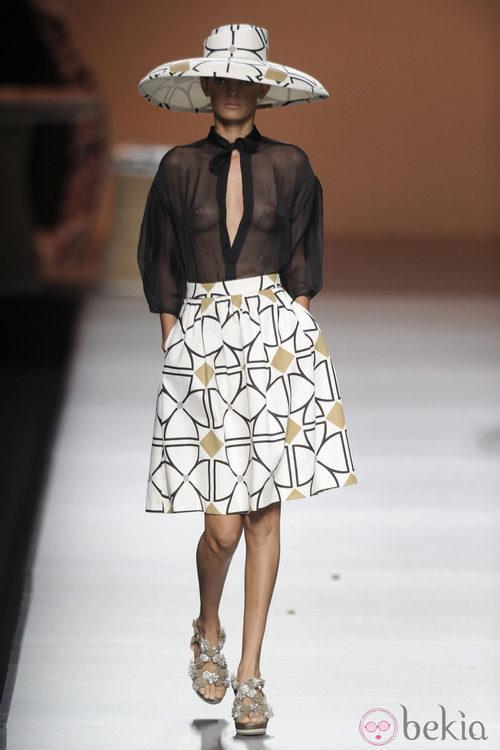 Sombrero y falda de formas geométricas con blusa negra de la colección primavera-verano 2013 de Ion Fiz