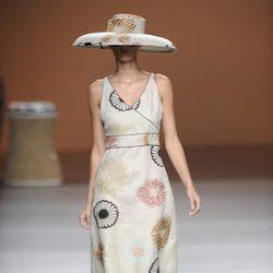 Sombrero y vestido con motivos florales de la colección primavera-verano 2013 de Ion Fiz