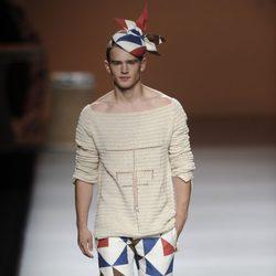 Pantalón,zapatos y tocado de estampados triangulares de la colección primavera-verano 2013 de Ion Fiz