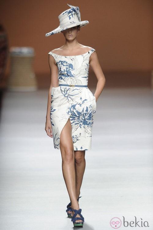 Vestido y sombrero de color azul sobre blanco de la colección primavera-verano 2013 de Ion Fiz