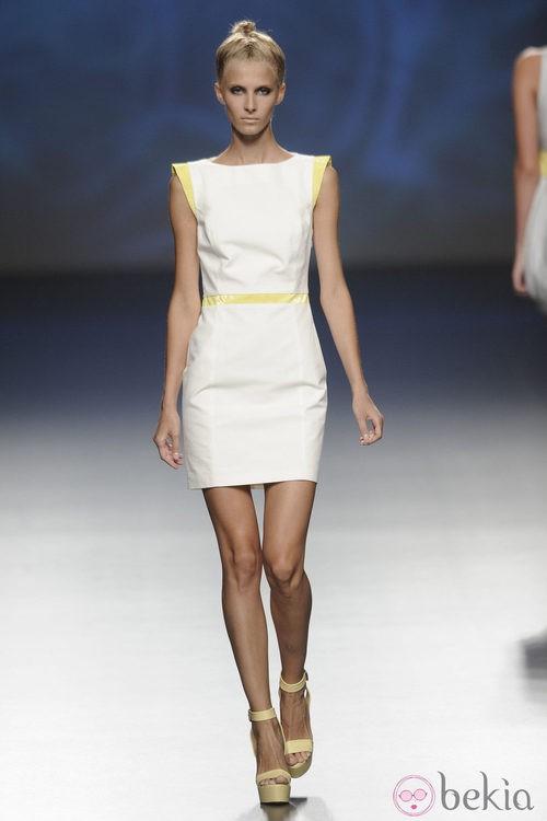 Vestido corto con detalles amarillos de la colección primavera/verano 2013 de Sara Coleman