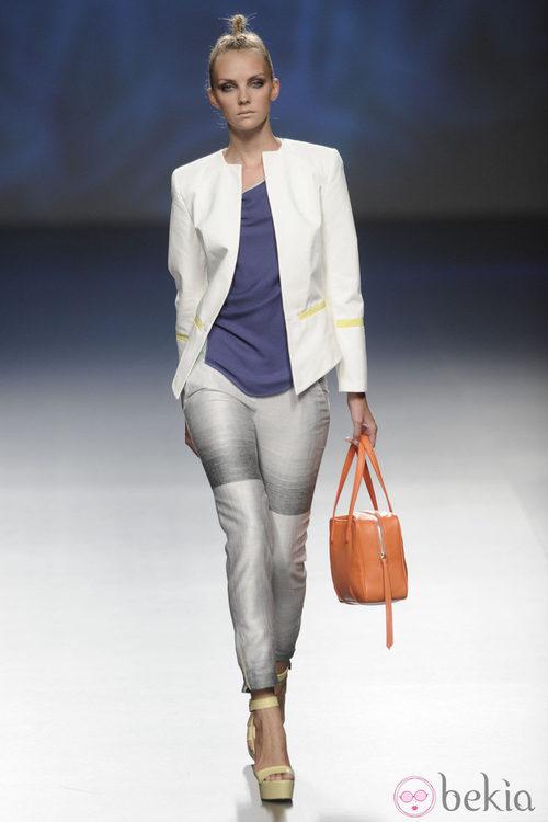 Americana blanca, pantalón gris y bolso naranja de la colección primavera/verano 2013 de Sara Coleman
