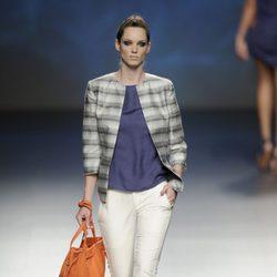 Pantalón pesquero blanco combinado con una chaqueta gris y bolso naranja de la colección primavera/verano 2013 de Sara Coleman