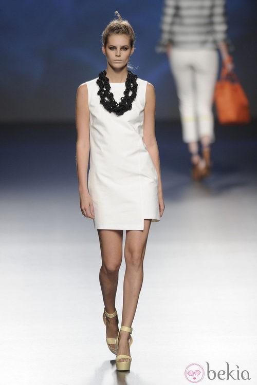 Vestido corto blanco y collar negro de la colección primavera/verano 2013 de Sara Coleman