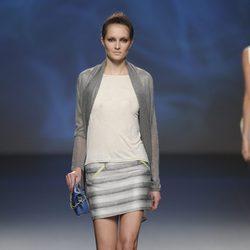 Minifalda rayada y bolso pequeño azul de la colección primavera/verano 2013 de Sara Coleman