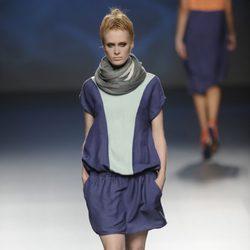 Vestido corto azul marino y verde con fular gris de la colección primavera/verano 2013 de Sara Coleman