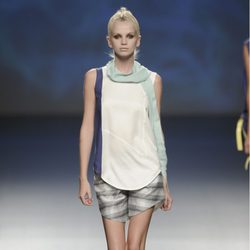 Pantalón corto y camiseta de tirantes blanca y azul marino de la colección primavera/verano 2013 de Sara Coleman